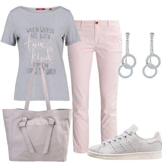 Outfit composto da t-shirt con scritta grigia e microfantasia bianca, pantaloni rosa chiaro, sneakers grigie, shopping bag in vera pelle grigia e orecchini a pendolo con cerchi.