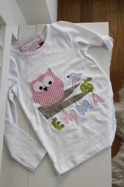 Liebevoll und aufwändig gestaltetes Langarmshirt aus reiner Baumwolle in weiß.  Süßes Eulen-Spatz-Motiv mit appliziertem Namen an der Wäscheleine.  ...