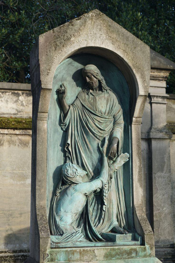 La capilla y la entrada principal fueron construidas por el arquitecto neoclásico Étienne-Hippolyte Godde.