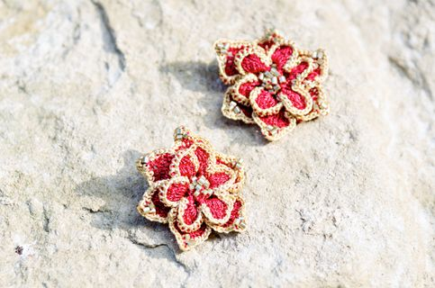 Original and striking earrings in the shape of flowers with contrasting rim (silver or gold - your choice) will cheer up even the most gloomy autumn day. Crochet made ​​from a thin thread with the tide, decorated with golden faceted beads. Perfectly match with both warm pullovers and dressy blous...