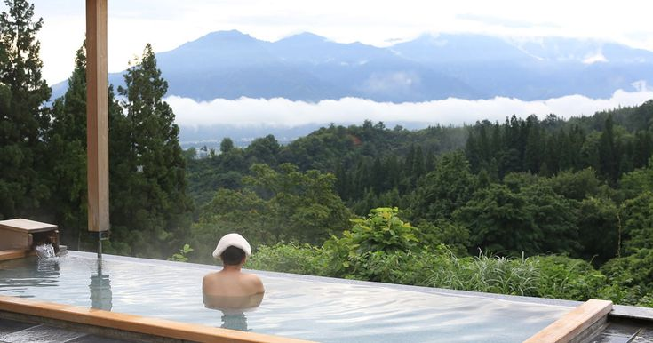 If you stay at a Niigata inn, you expect delicious koshihikari rice for breakfast in the morning and open-air bath with a backdrop of starry sky at night.