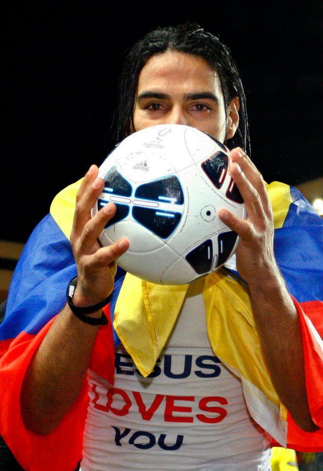 El 9 se llevó el balón de la Supercopa a casa después de marcar los tres primeros goles de la SuperCopa 2012 en Mónaco (31/08/2012).