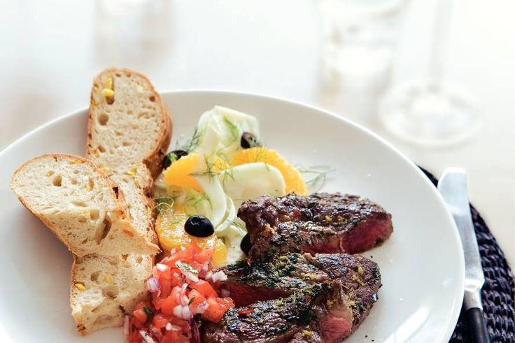 Ribeye met Maisbrood (Lekker met ruccola, avocado, rozijntjes en zongedroogde tomaten salade en in plaats van het maisbrood uien met rozemarijnbrood) Smakelijk!
