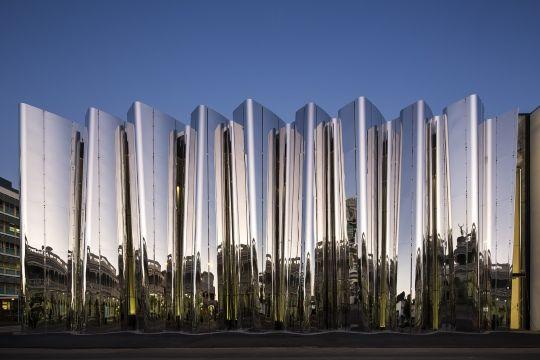 Fachada de aço inoxidável do Centro Len Lye na Nova Zelândia