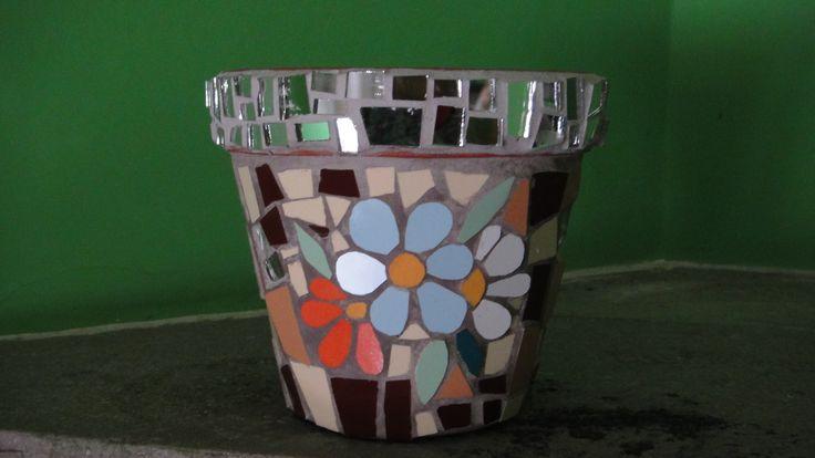 Maceta en trencadis con flores y borde de espejos
