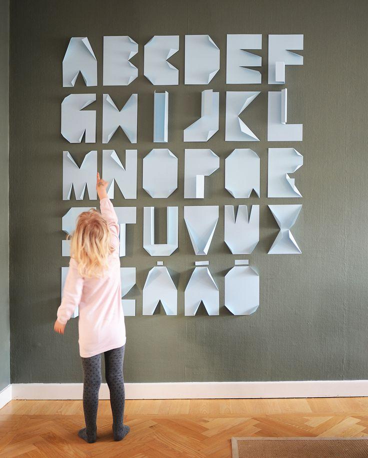 Till sonens födelsedag förra veckan vek jag hans namn av papper. Så himla kul och effektfullt. Maria, aka Husligheter, hintade lite snyggt om att det skulle vara en bra idé att göra hela alfabetet...