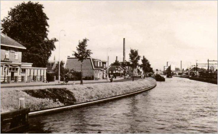 """Een foto van het vroegere haven noordzijde toen daar cafe klein Scheveningen zat en de bloemenschuur van de Herco. Later heeft daar een chinees gezeten."""""""