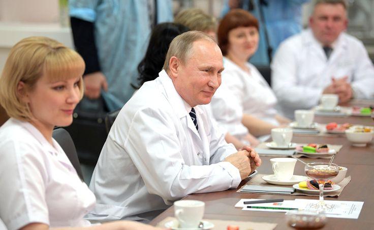 While visiting thenew perinatal centre atBryansk City Hospital No. 1, Vladimir Putin had abrief conversation with thestaff.