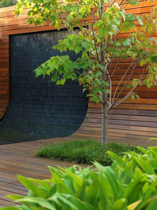 idée de cascade moderne: mur d'eau, terrasse et clôture en bois