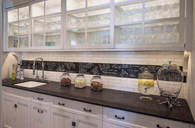 Идеи необычных кухонных фартуков: Мечтаете, чтобы на вашей кухне были модные грифельные доски, но повесить их совсем некуда? Воплотите идею в фартуке! Покрасьте его