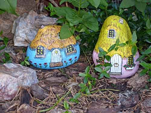 Two Painted Rock Gnome Homes in a Garden,steinemalen,Painting Pebbles , Pattern Idea for Painting on Stones and Rocks, Animal Stones, Animal Shapes , animals, rocks, stones, realistic , Stein Bemalen, Stone Crafts, rock crafts, DIY, kawaii, cute , houses