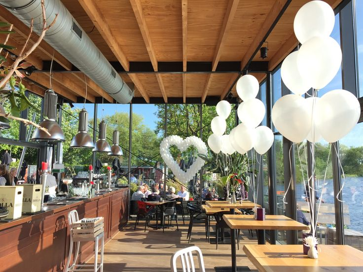 Ballondecoratie met een hart en ballondecoratie met helium gevulde ballonnenkoning
