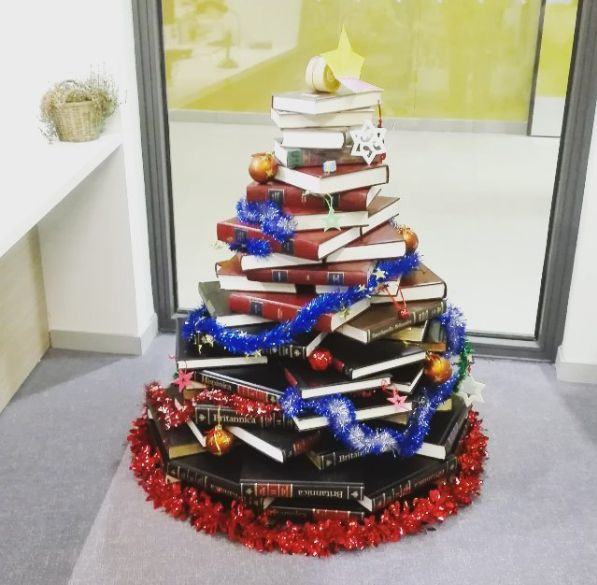 Si vous n'avez pas de sapin de Noël, faites une pile de livres en pyramide et décorez-la avec une guirlande. | 21 astuces pour vous simplifier la vie à l'approche de Noël