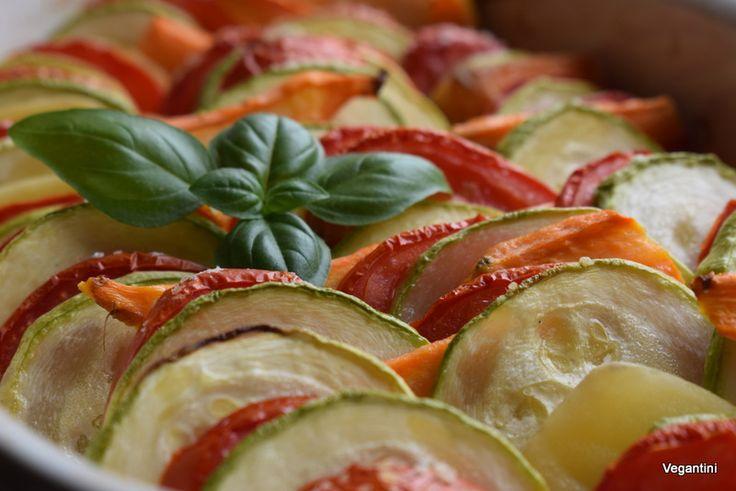 Rosii, cartofi, morcovi, dovlecei. Sunt cele 4 legume pe care le-am folosit la acest ratatouille rapid si simplu. Am pregatit o mancare vegana – vegetariana foarte simpla, modesta, rapida. In…