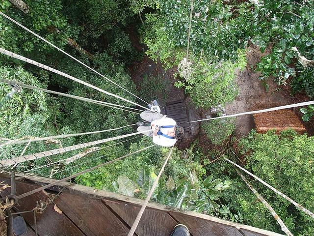 #VagamundosColombia Haciendo el tarzán subiendo a un árbol de 35 metros de altura, para luego hacer tirolina y rapel de descenso. Reserva Natural Tanimboca Leticia P4020095 by Vagamundos.net/Carlos Olmo, via Flickr