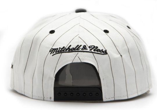 A primeira vez que um time de baseball utilizou um uniforme risca-de-giz (pinstripe) foi em 1907, quando a Mitchell & Ness era ainda somente uma pequena loja de artigos esportivos na cidade da...
