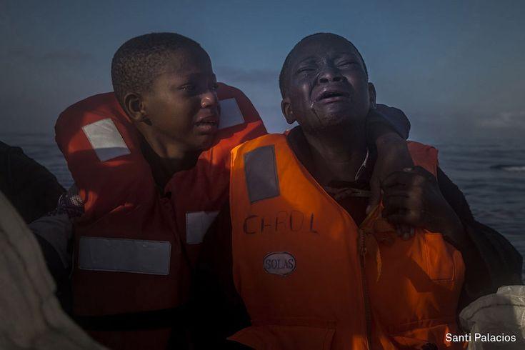 Lasciati soli Una bambina di 11 anni scappata dalla Nigeria piange vicino al fratello di dieci anni a bordo della nave di una ong che li ha soccorsi nel Mar Mediterraneo, circa 23 chilometri a nord di Sabrata, in Libia. I due fratelli – la cui madre era morta in Libia – erano rimasti insieme ad altri migranti per ore su un gommone sovraffollato. La foto è stata scattata il 28 luglio 2016