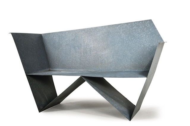 Gerd Arens, Sitzbank. The structure of this piece of work is like a bench made of metal. It consists of sharp edges, irregular shapes, and an unstable look.