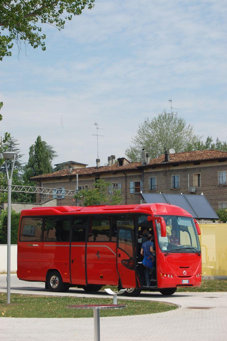 shuttle bus che collega il Museo Enzo Ferrari di Modena al Museo Ferrari di Maranello