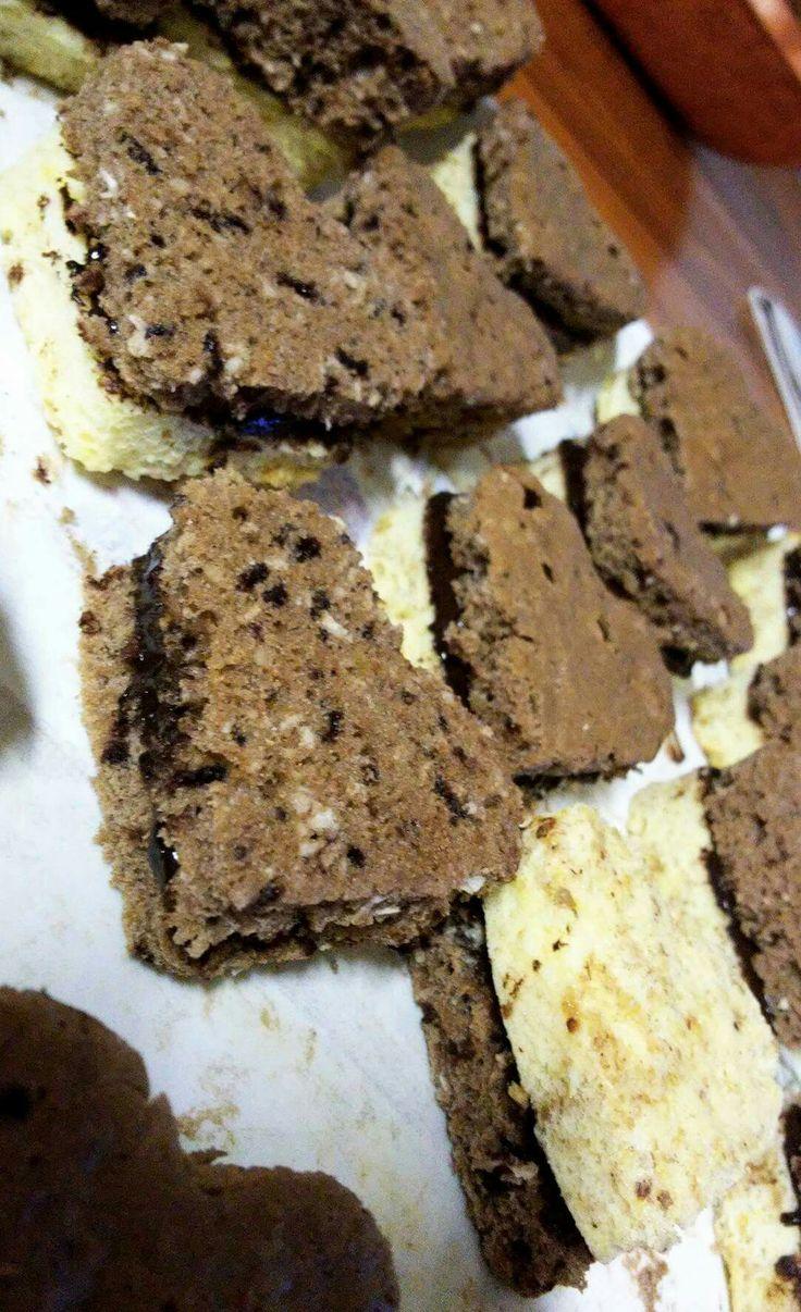 Szivecskék ❤  Nagyon egyszerű elkészíteni! Csinalsz egy piskótàt 10tojásból .Ketté választod egyikbe raksz diót a másikat össze kevered kakaóval és dióval. Ezeket külön külön megsütöd (15-20perc). Közbe míg sül csinálsz egy csokimasszát Aztan kiszaggatod amilyen mintát szeretnél.Kettő közé kened a csokit és  kész is ! Gyors és nagyon finom! ❤❤❤