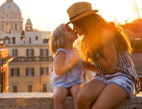 Επιτρέπεται να φιλάμε το παιδί μας στο στόμα;