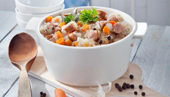 Makkara-hapankaalikeitto. Helppotekoinen ja maittava keitto, jonka valmistamiseen kuluu alle puoli tuntia.