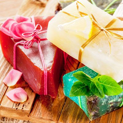 Seife herstellen - Seifen-Rezept: Selbstgemachte Seife für trockene Hände - Schafmilchseife gibt unserer Haut verlorene Feuchtigkeit zurück. Anleitung: Nachdem Sie die zunächst grob geraspelte ...