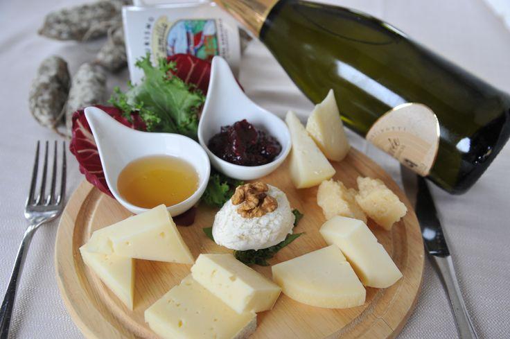 tagliere di formaggi freschi e stagionati con le marmellatine ed il miele