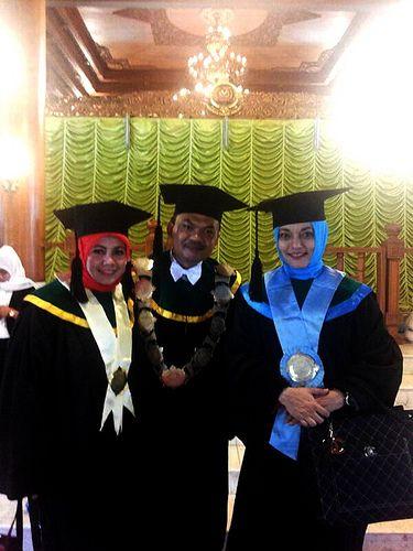 Berpose sejenak dgn pasutri Dr Ade Sofyan & Dr Fatmawati selepas mewisuda mhsw S1 STAIT Mpdern Sahid, Dr Marissa Haque.jpg   All about Pasutri - From http://pasutri.us