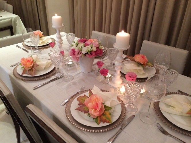 Decoração de mesa romântica para um jantar usando toalha de mesa e porta guardanapo de flor.