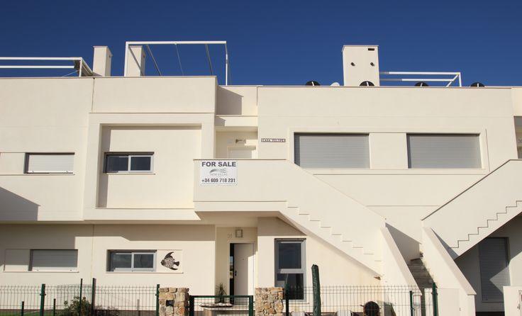 Modern penthouse te koop voor 159.900€ in Vistabella Golf in Orihuela Costa. Dit appartement met 2 slaapkamers en 2 badkamers heeft een schitterend uitzicht op het gemeenschappelijk zwembad. Het is heerlijk vertoeven op het mooie ruime dakterras of het terras dat grens aan de woonkamer. Meer over deze woning kan u vinden op onze website: http://www.newvillasinspain.com/nl/woningen/vistabella-golf/penthouse-at-vistabella-golf-67.html