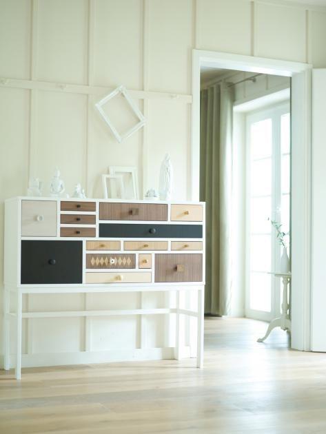 Der Verzicht auf Unwesentliches schafft in kleinen Räumen Großzügigkeit und Platz für Lieblingsstücke. Eine alleinstehende Kommode an der Wand kommt so...