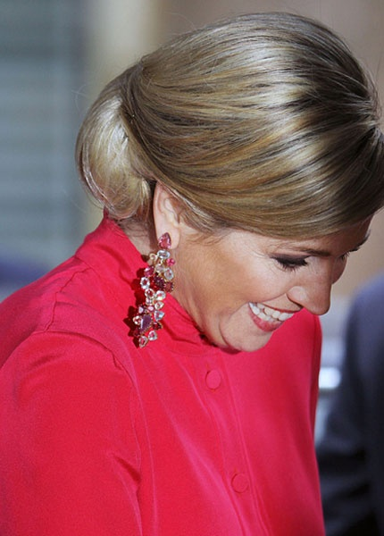 Queen Máxima Beautiful colour and great earrings.