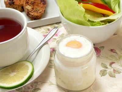 エッグベネディクトの次に流行りそうなのが、マッシュポテトと卵を瓶に詰めて茹でて仕上げる、この「エッグスラット」だと聞いて、最近我が家で流行っているドイツ料理「ポテトピューレ」と組み合わせて作ってみました。