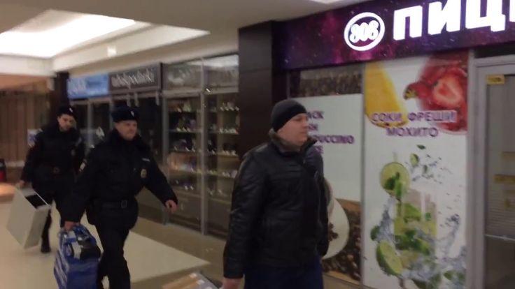 Странные люди и 2 полицейских выносят технику из ФБК