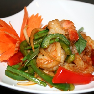 PAD PREAW WAN KUNG - CREVETTES SAUTES SAUCE AIGRE-DOUCE Crevettes, sautés sauce aigre douce, ananas, concombre, tomate, poivron rouge et vert, oignon    Fried shrimbs with pineeaple, cucumber, tomatoes, onion and sweet red and green pepers
