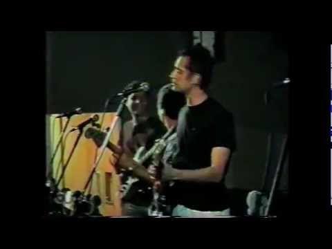 Banda Studio 64 em uma festa da Unicamp em 1997. Ta la Juliano Prado cantando (o criador da Galinha Pintadinha), Andre (o guitarra cover do Frejat), Nene Brown na batera, eu e Rodolfo meu irmao nos teclados. Eita epoca boa...