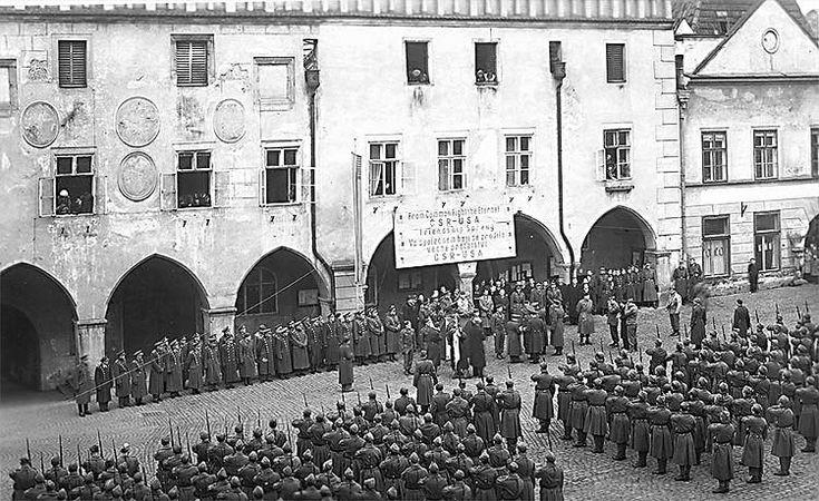 Osvobození Českého Krumlova 1945, americká a česká armáda na náměstí při přehlídce