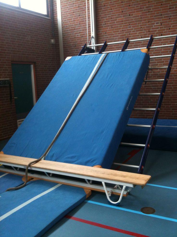 Klimmen: rennen tegen een dikke mat. Je kan ook met behulp van het touw omhoog klimmen. Ben je boven laat je jezelf door een van fe gaten vallen op de dikke mat. Als ze dat eng vinden kunnen ze ook via de zijkant naar beneden klimmen.
