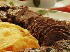 Receita de Rosbife ao forno com batatas - 1 peça de filé mignon ou alcatra, · 3 dentes de alho amassados, · 2 cebolas grandes raladas, · 1 tablete de manteiga, · 1 kg de batatas cozidas, · Sal a gosto, · Óleo para fritar as batatas