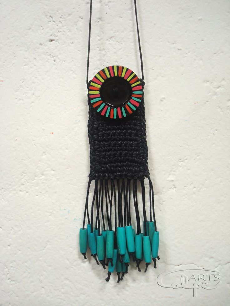 Collar de crochet, con botón pintado a mano y otros complementos. http://calpearts.blogspot.com.es/p/colgantes.html