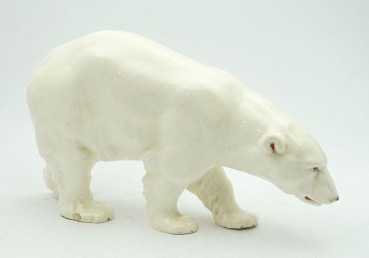 Een wit geglazuurd keramiek plastiek van een ijsbeer, ca. 1925