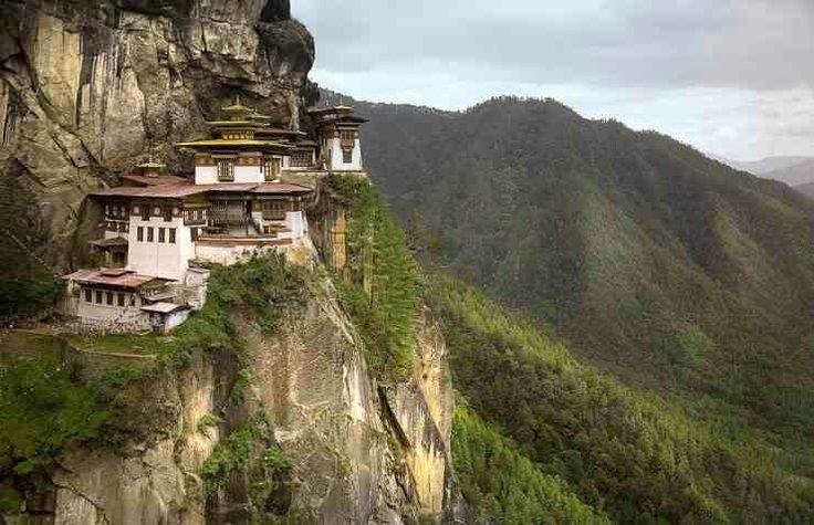 Hai sa ne mutam in Regatul Fericirii! Se numeste Regatul Bhutan si exista pe bune. Citeste povestea pe emmazeicescu.ro #regatulfericirii #emmazeicescuro