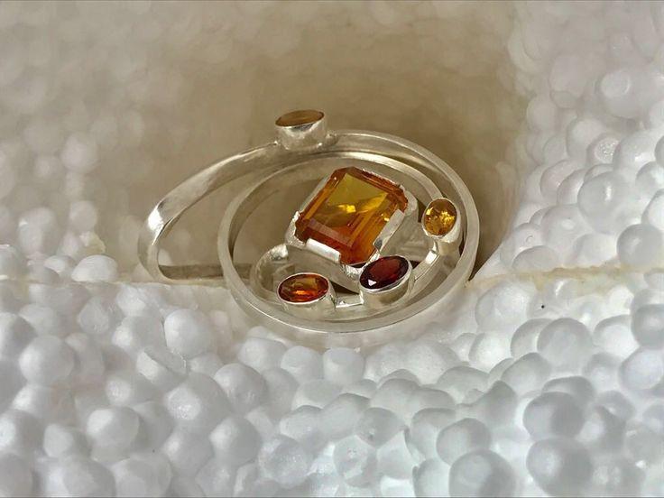 Ring zilver, citrien en granaat door Marjorie Nijhuis.