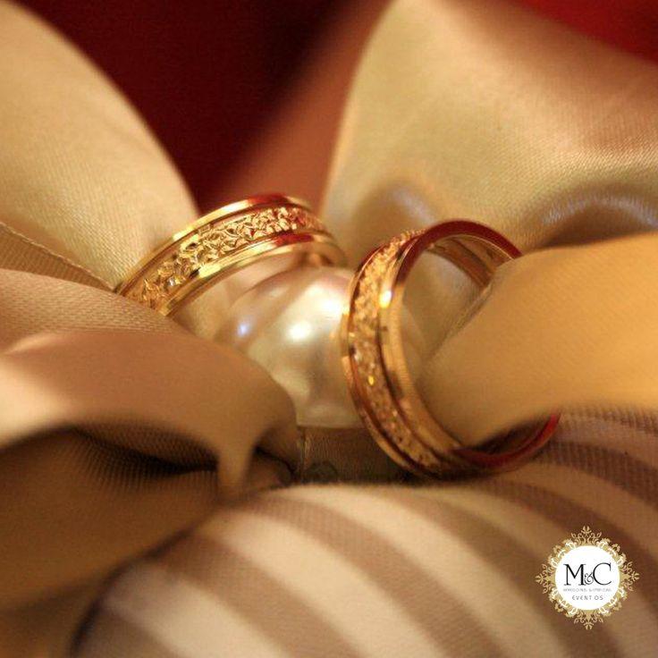 Aliança de casamento par de anéis especiais trocados pelos noivos no dia do casamento e que passam a ser usados por eles como símbolo do amor e do compromisso firmado. Não se sabe ao certo se o costume veio de uma antiga prática judaica ou o velho hábito hindu de usar um anel para simbolizar o casamento, incorporado posteriormente pelos gregos e romanos.