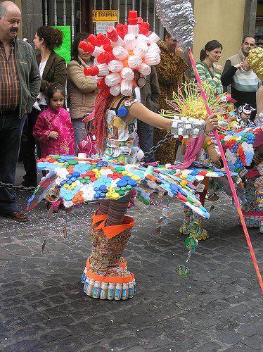 eco disfraz de garota con tapas y envases de plástico