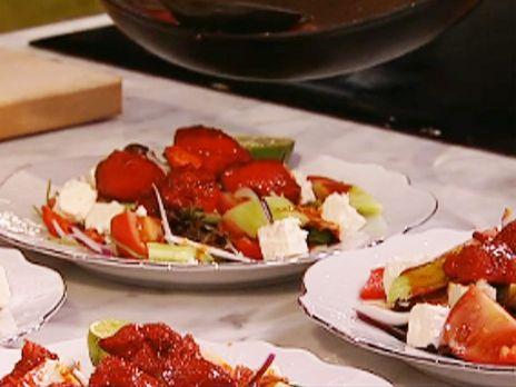 Fetasallad med lime, soja och chilifräst kyckling | Recept.nu