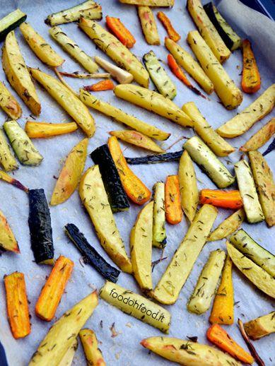 Un contorno saporito fatto con le verdure miste cotte al forno. L'uso della fecola di patate crea uno strato croccante sulle verdure e le spezie le rendono ancora più saporite.