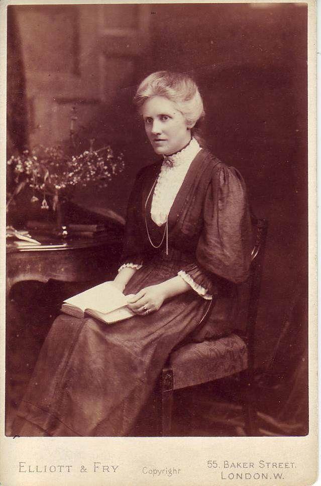 Annie Scott Dill Maunder (1868 – 1947) fue una astrónoma y matemática irlandesa que descubrió, junto a su esposo Edward Walter Maunder,  el Diagrama de Mariposa, en el que se visualizan los patrones de migración de las manchas solares. Otra aportación es  la creación de una cámara gran angular que utilizó, entre otras cosas, para obtener imágenes de emisiones de la corona solar extendiéndose muy por encima de la fotósfera.#DíaMujeryCiencia