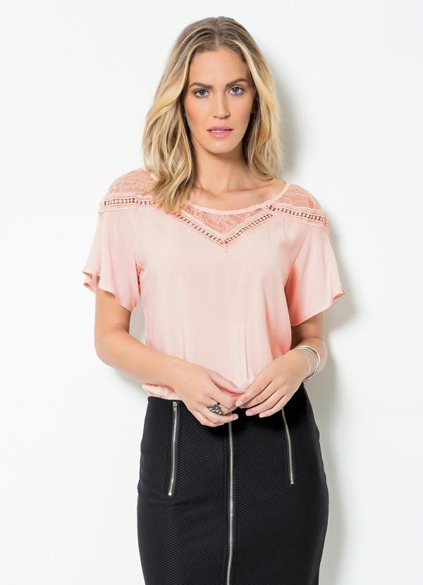Blusa rosa millennial com renda.